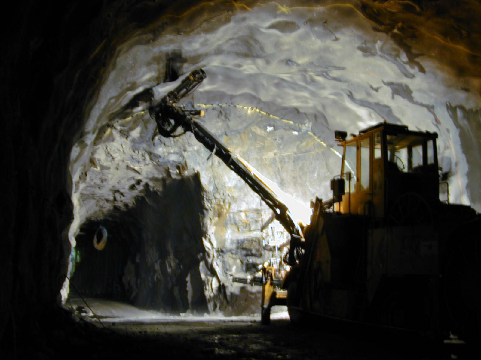 Foto: Pilot tunnel under area with lack of rock overburden, stabilized by ground freezing.